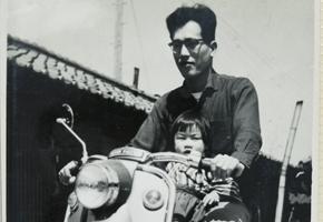 屋号の入ったバイクと早川董と娘